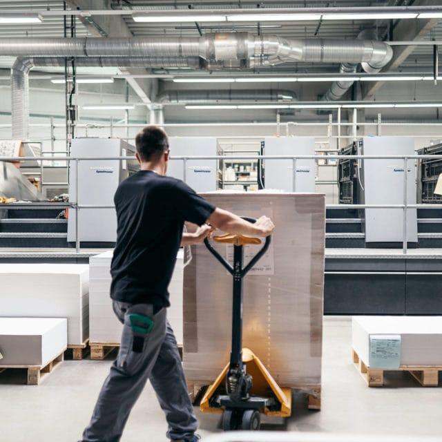 Lagerhalle Von Stern'sche Druckerei Mann mit Job bringt Papierrollen und verschiedene Papierformante