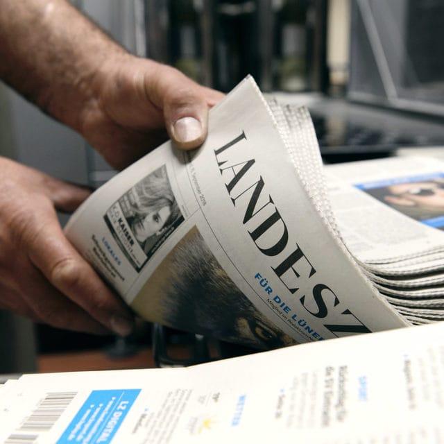 Druckfrische Ausgabe der Landeszeitung Zeitungsdruck Von Stern'sche Druckerei