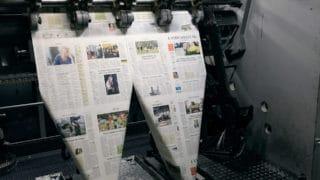Faltung frischgedruckte Zeitung Landeszeitung nach dem Zeitungsdruck bei der von Stern'sche Druckerei