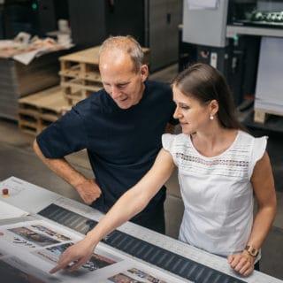 Mitarbeiter mit Kundin kompetente Druckberatung bei Von Stern'sche Druckerei Lüneburg