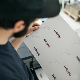 Mitarbeiter überprüft Druckqualität und Farbqualität von hochwertigem Digitaldruck in der Stern'sche Druckerei