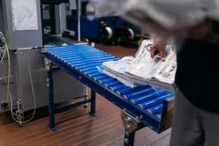Druckfrische Zeitungen Hamburger Morgenpost werden in der Logistik abgepackt zur pünktlichen Auslieferung Von Stern'sche Druckerei