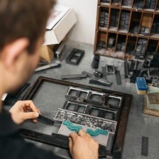Von Stern'sche Druckerei veredelt individuell Druckerzeugnisse durch Heißfolienprägung, Stanzung und Lackveredelung
