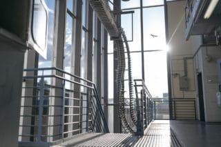 Licht fällt auf Zeitungsschlitten bei von Stern'sche Druckerei in Lüneburg