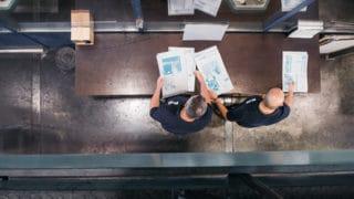 Zwei Mitarbeiter bei der Prüfung der Druckplatten Zeitungsdruck von Stern'sche Druckerei