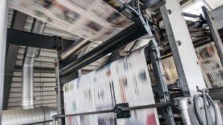 Maschine Zeitungsdruck druckfrische Ausgabe wird auf Rollen schnell transportiert in der Druckerei von Stern'sche