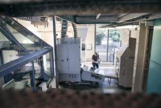 Mann kontrolliert druckfrische Zeitungsausgabe Zeitungsdruck Druckerei von Stern'sche