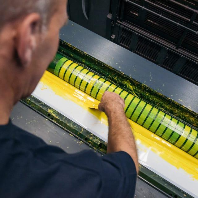 Bogendruck mit dem Pinsel auf dem Bogen aufgetragen mit kräftigem Gelb in der Von Stern'sche Druckrei