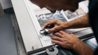 Überprüfung der Farben und Kontraste beim Offsetdruck bei der Druckerei von Stern