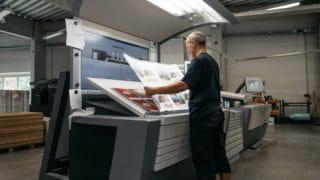 Bogendruck Magazin Mann kontrolliert Testdruck Kontrolle Zeitungsdruck Druckerei von Stern'sche