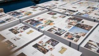Fast fertiges Printprodukt: Broschüre kommt nach Druck zur Weiterverarbeitung on Stern'sche Druckerei