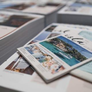 Ergebnis des Offsetdrucks Bogendruck ein Magazin mit kräftigen Farben in der Druckerei von Stern'sche