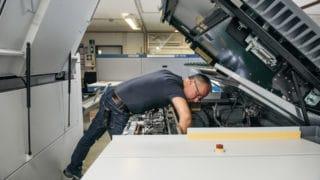 Der Abteilungsleiter Vorstufe der von Stern'sche Druckerei kontrolliert die Technik Druckmaschinen