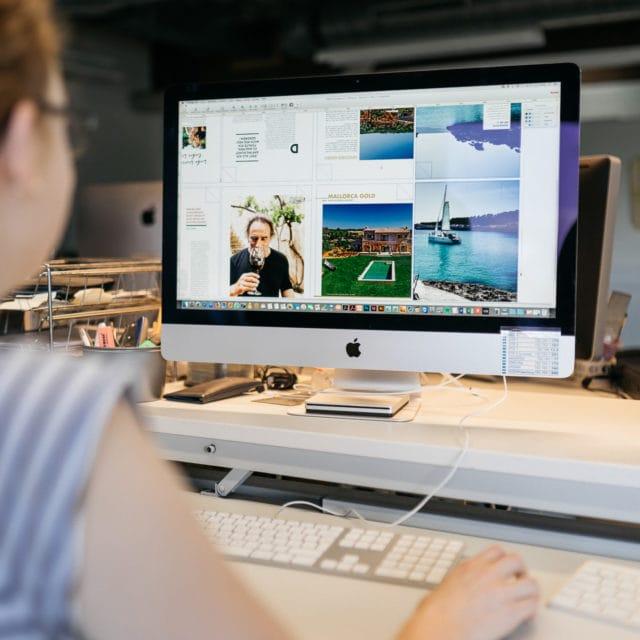 Prepress Vorstufe Qualitätssicherung Frau am Computer Magazin bei Kontrolle Zeitungsdruck Druckerei von Stern'sche