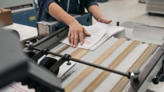 Gefaltete Druckerzeugnisse kommen direkt aus der Maschine von Stern'sche Druckerei