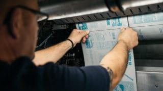 Mann bringt Druckplatten Zeitung an: Rollen-Offsetdruck Zeitungsdruck in der von Stern'sche Druckerei Lüneburg